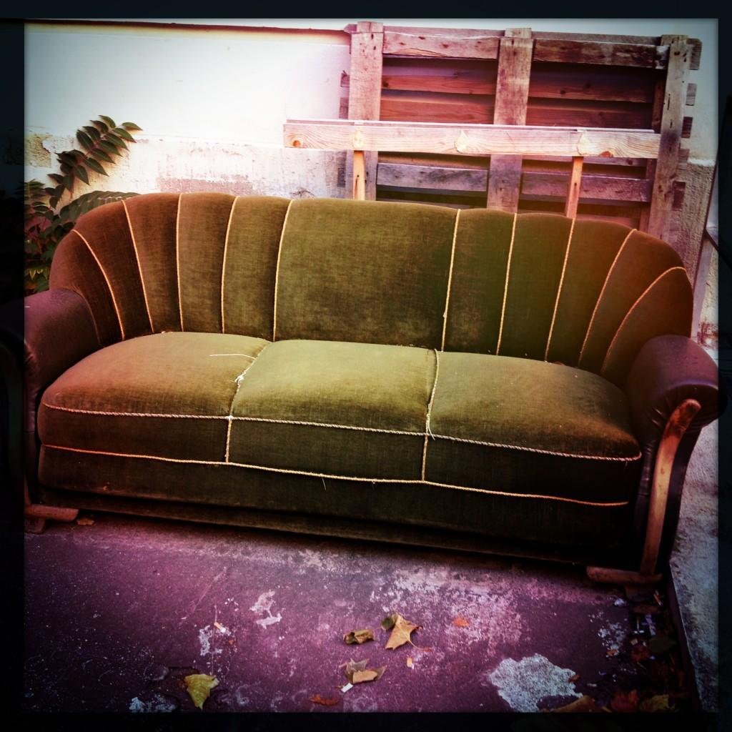entdeckt das gr ne samtsofa. Black Bedroom Furniture Sets. Home Design Ideas