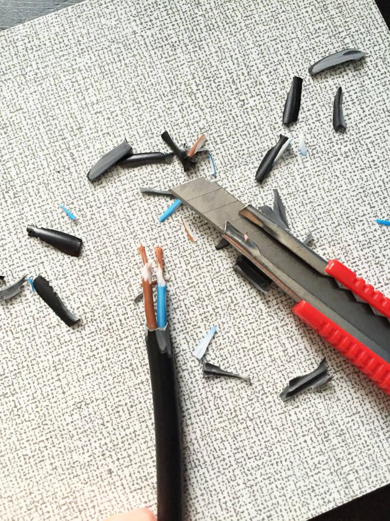 Das Kabel präparieren und mit einem Katermesser freilegen.
