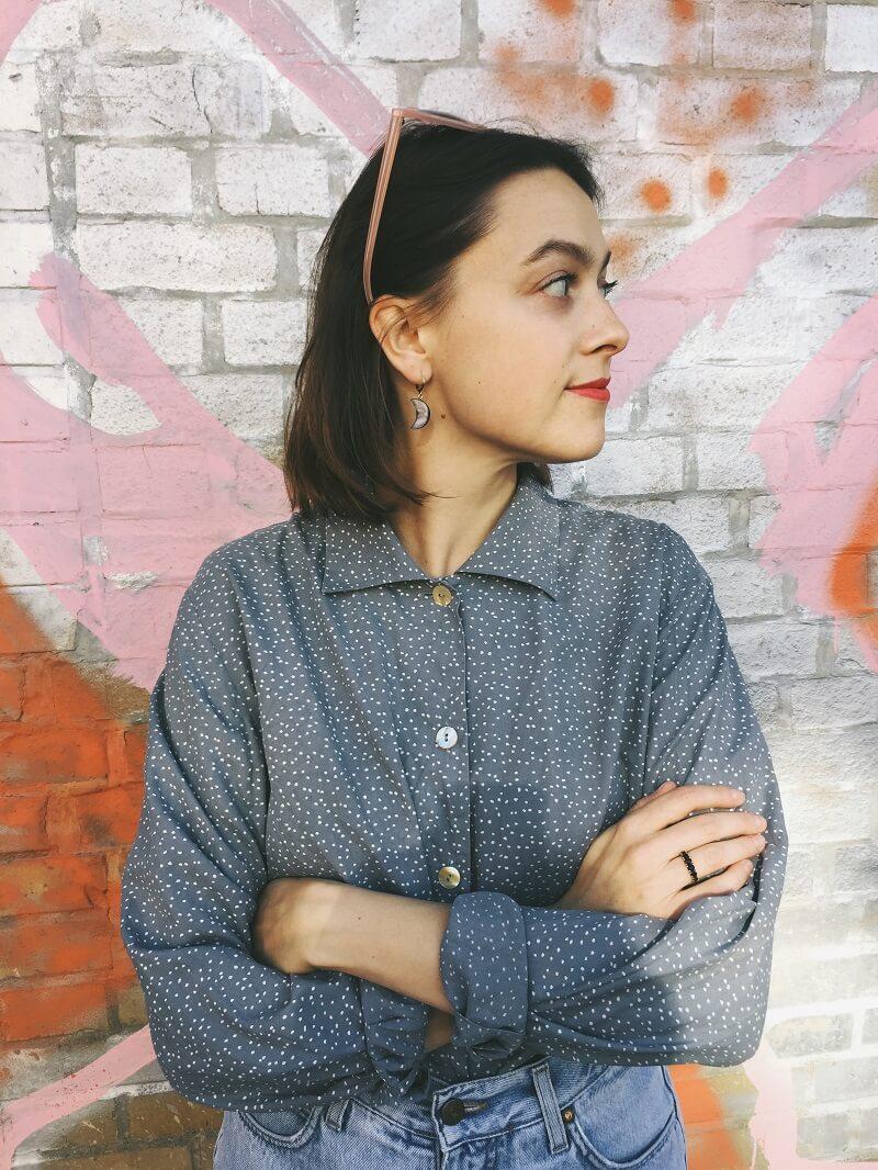 Das graue Seidenhemd & Vintage Jeans
